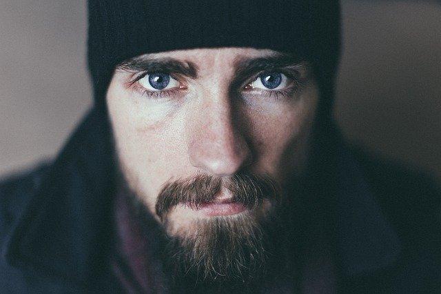 homme avec barbe bien entretenue