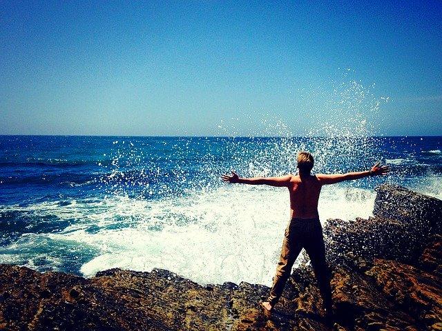 homme sans chapeau sur la plage