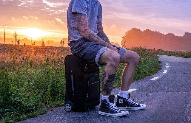 homme avec des tatouages