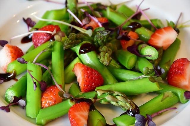 Assiette avec des asperges et fraises
