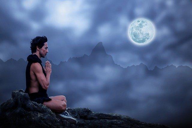 homme meditant devant la lune