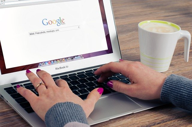 personne surfant sur google