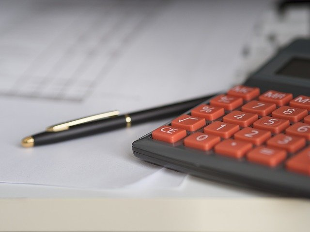 une femme avec une calculatrice