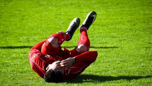 joueur de foot qui a des crampes