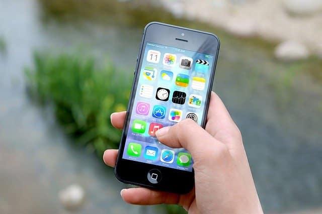 main sur un téléphone