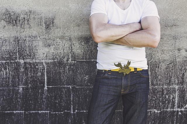 homme musclé avec tshirt blanc