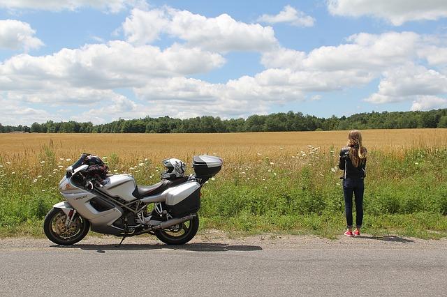 moto avec un top case dans un champ