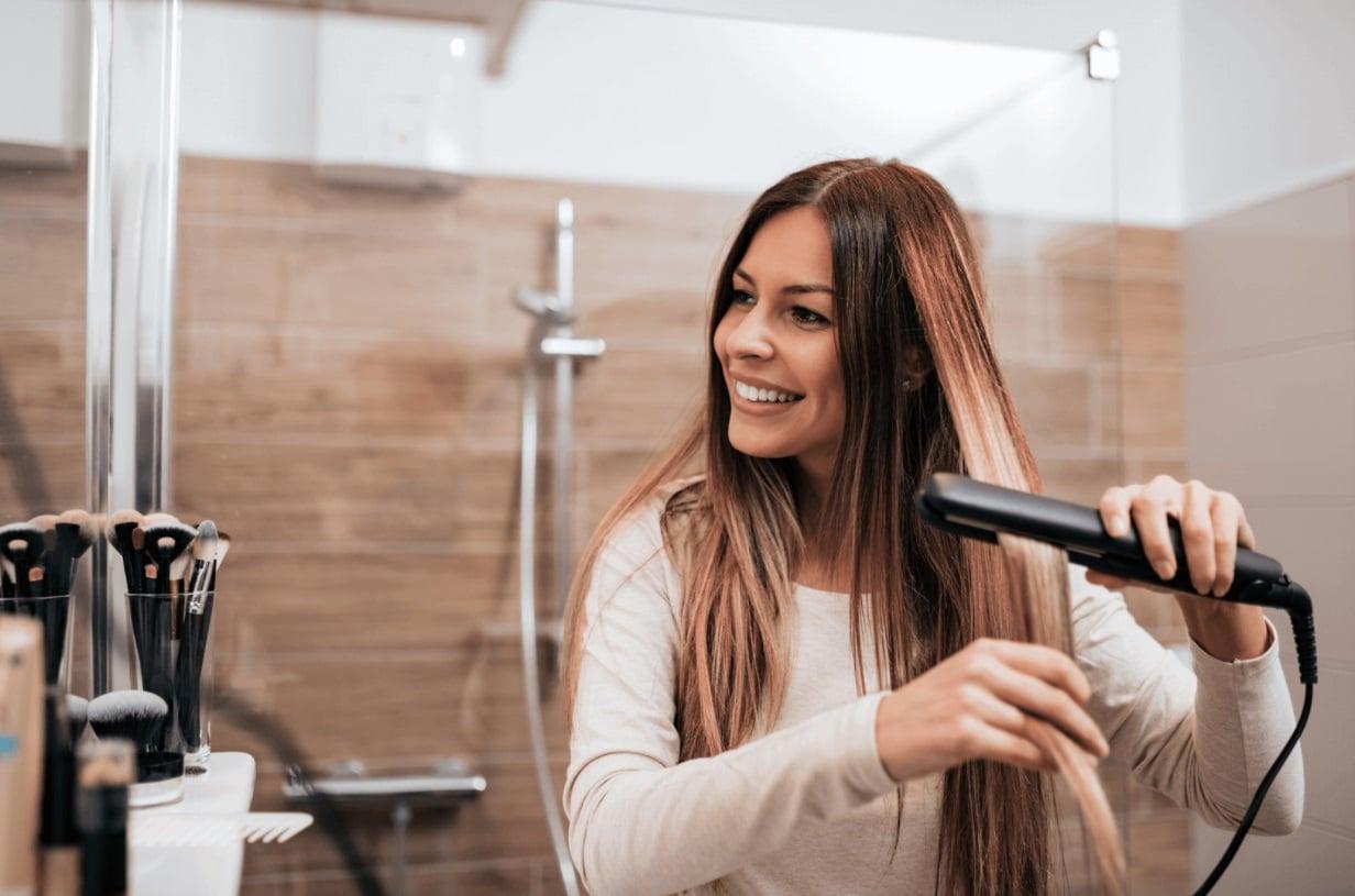 femme lisse ses cheveux longs